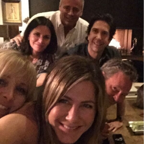 Matthew-Perry-with-Jennifer-Aniston-and-other-Friends-cast-members.-His-slurred-speech-in-the-reunion-trailer-worried-fans.