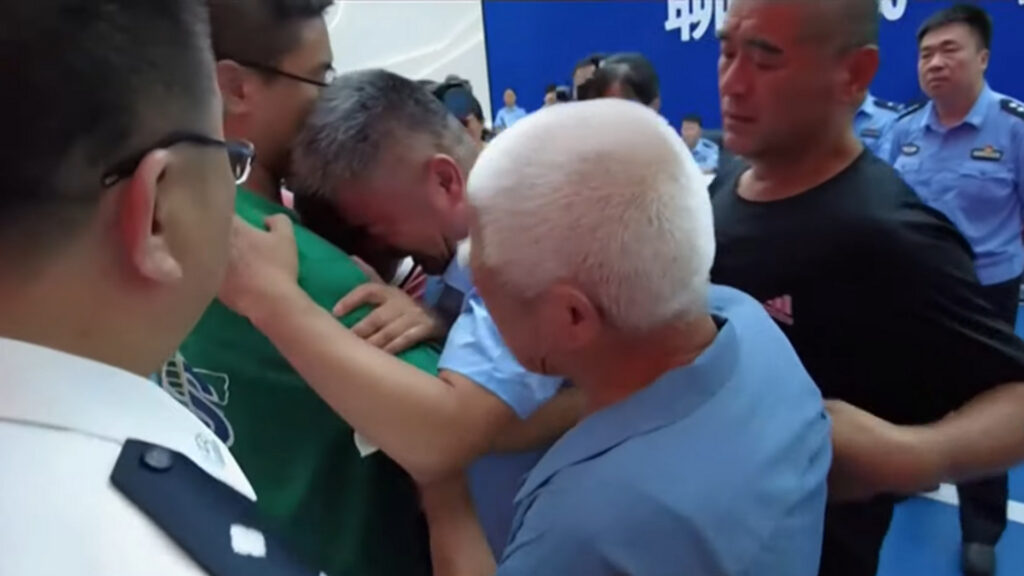 Guo Gangtang is reunited with son after 24 years! The emotional greeting between the 51-year-old father and his now 26-year-old son is heartwarming.